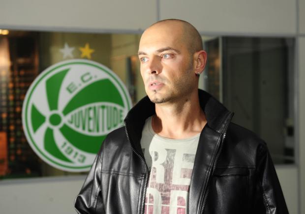 Léo Maringá se apresenta junto com o grupo de jogadores do Juventude Porthus Junior/