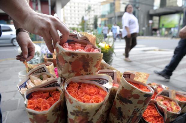 Maior parte das flores vendidas no Dia dos Namorados vem de fora do RS Juan Barbosa /