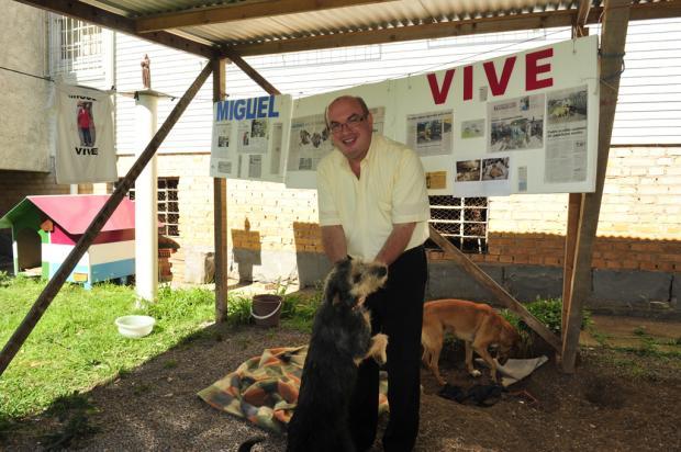 Painel com fotos e reportagens sobre o papeleiro Carlos Miguel dos Santos foi montado na Paróquia Santa Catarina, em Caxias  Roni Rigon /Agência RBS
