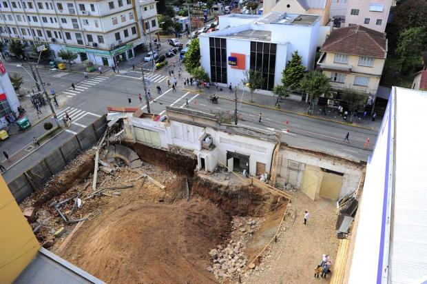 Parte da estrutura de prédio histórico desaba na Avenida Júlio de Castilhos, em Caxias do Sul Porthus Junior/Agência RBS
