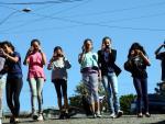 Adolescentes participam de oficina de fotografia na Associação Centro de Promoção Santa Fé, em Caxias