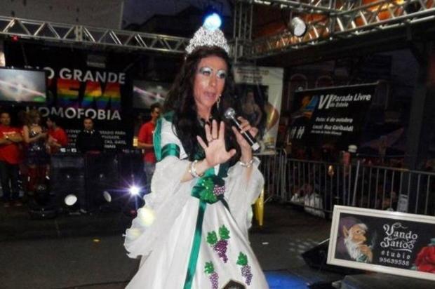 Funcionário da Secretaria da Cultura de Caxias do Sul usa vestido da rainha da Festa da Uva 2010 em Parada Livre de Esteio Divulgação/divulgação