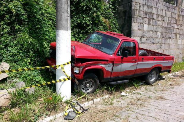 Idoso morre após colidir caminhonete contra um poste nesta quinta-feira, em Garibaldi Felipe Furlaneto/divulgação