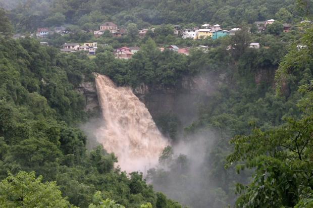 FOTO: chuva muda o cenário da Cascata Véu de Noiva, em Galópolis Roni Rigon/ Agência RBS/