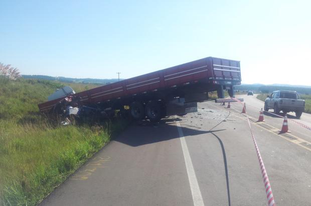 Homem e mulher morrem em acidente envolvendo carro, carreta e caminhão na Rota do Sol, em Tainhas  Róger Ruffato/ Agência RBS/