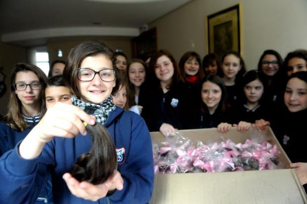 Alunos de escola em Caxias do Sul doam mechas de cabelo Roni Rigon/Agencia RBS