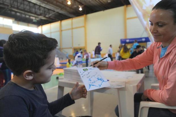 Menino de seis anos comove Maurren Maggi e ganha atenção especial da atleta durante evento em Bento Gonçalves Jonas Ramos/Agencia RBS
