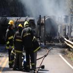 Caminhão carregado de óleo diesel incendeia após tombar na ERS-122 entre Flores da Cunha e Antônio Prado