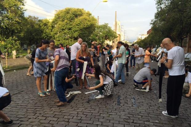 Manifestantes protestam contra asfaltamento da Rua Plácido de Castro, em Caxias Rozana Ellwanger/Agência RBS/