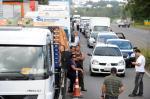 Caminhoneiros trancam a RSC-470, em Garibaldi, em protesto contra o aumento dos combustíveis