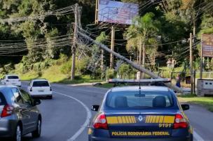 Após acidente com queda de poste, BR-116 em Caxias tem bloqueio parcial (PRF / Divulgação/)