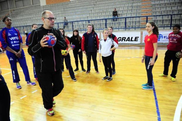 Campeão mundial com a seleção feminina, técnico Morten Soubak ministra clínicas na UCS Porthus Junior/Agencia RBS