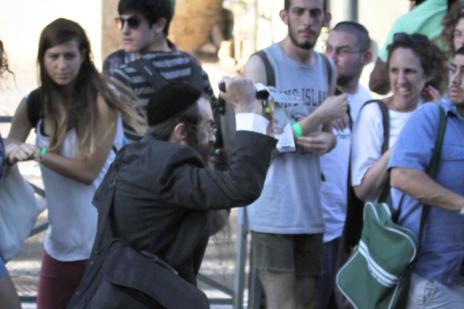 Morre adolescente esfaqueada por extremista judeu no desfile do Orgulho Gay em Jerusalém (KOBI/AFP)