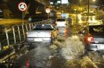 Chuva alaga via lateral ao Viaduto Campo dos Bugres, em Caxias do Sul