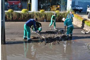 Após chuva, serviços de limpeza são intensificados nas ruas de Caxias (Diego Silva / Divulgação/)