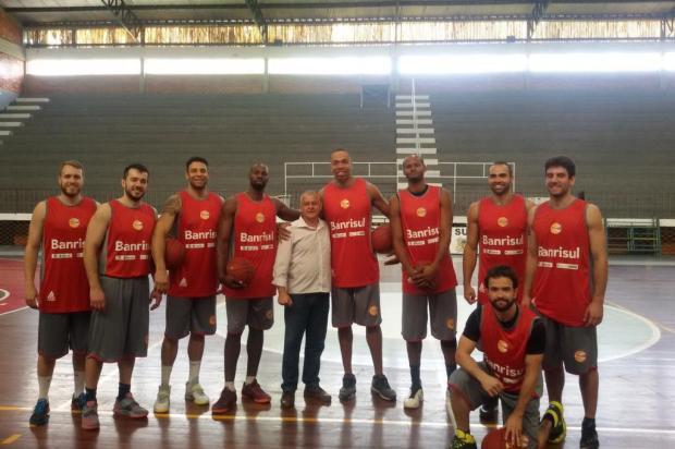 Criador do mascote Gambasquete visita equipe do Caxias do Sul  Fernando Levinski/Divulgação