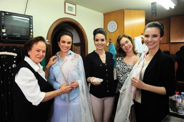 Traje oficial da rainha e princesas da Festa da Uva é produzido em Caxias  do Sul c50c01159762