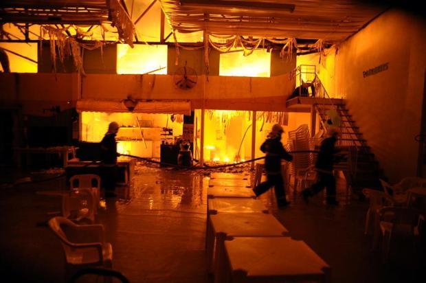 Incêndio destrói casa de festas infantis em Caxias do Sul Felipe Nyland/Agencia RBS