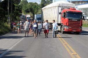 Moradores do Cidade Industrial, em Caxias, protestam por melhorias (Felipe Nyland/Agencia RBS)