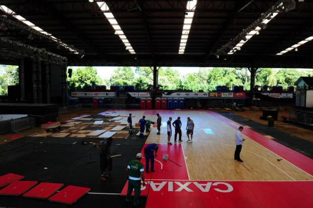 Equipe vira madrugada para colocação da quadra de basquete no Espaço Multicultural Jonas Ramos/Agencia RBS