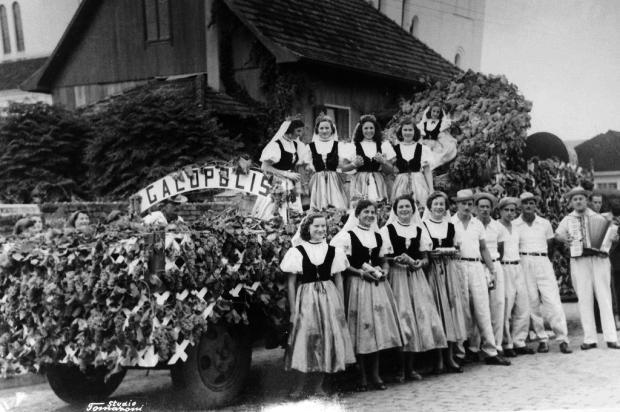 Memória: Galópolis na Festa da Uva de 1954 Studio Tomazzoni/acervo de Noris Maria Marchioro