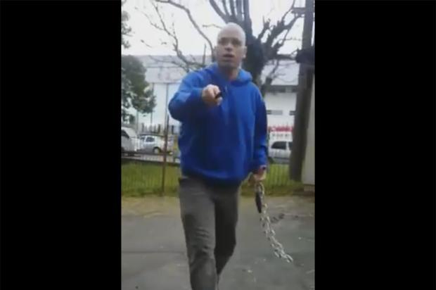 """""""Tentamos dizer que também é pela filha dele"""", diz professora que gravou invasão de homem em Caxias Reprodução/ Facebook/"""