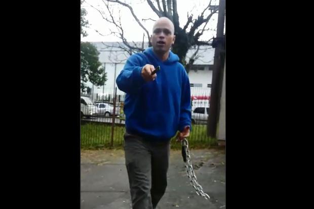 Com barra de ferro e corrente, homem agride aluno de escola ocupada em Caxias Reprodução / Facebook/Facebook