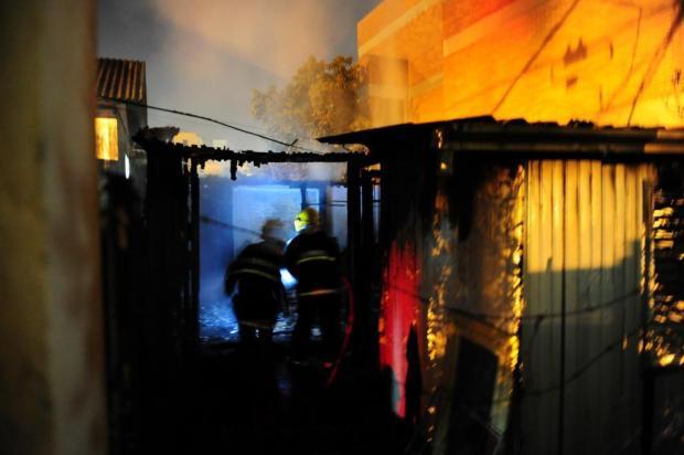 Incêndio destrói casa no bairro Pio X, em Caxias do Sul Roni Rigon/Agencia RBS