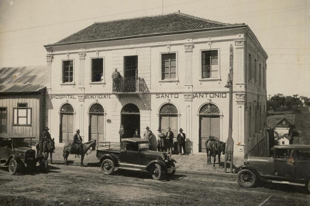 Exposição de carros antigos em frente ao Arquivo Histórico Municipal reconstitui foto de 1931 Giácomo Geremia/Acervo Arquivo Histórico Municipal João Spadari Adami,divulgação