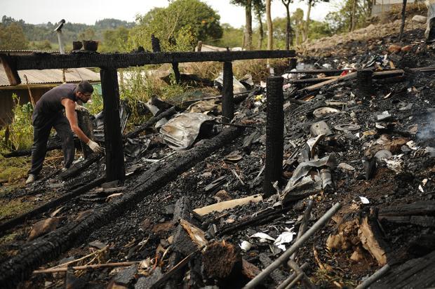 Incêndio destrói casa no bairro Vergueiros, em Caxias Diogo Sallaberry / Agência RBS/Agência RBS