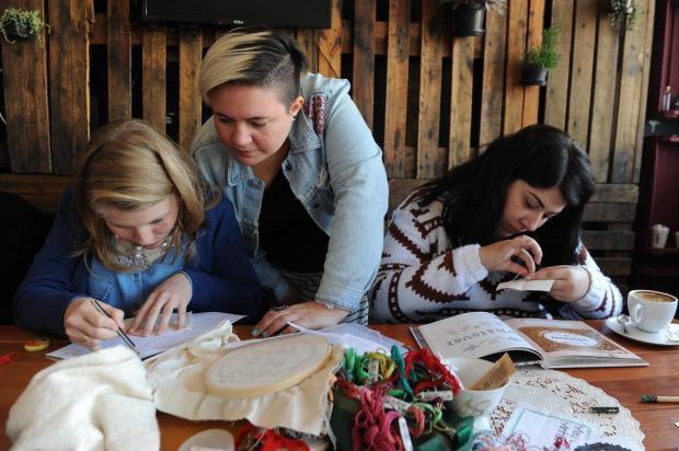 Bordado é ferramenta para discussões como gênero e feminismo em oficina da jornalista Bruna Antunes Jonas Ramos/Agencia RBS