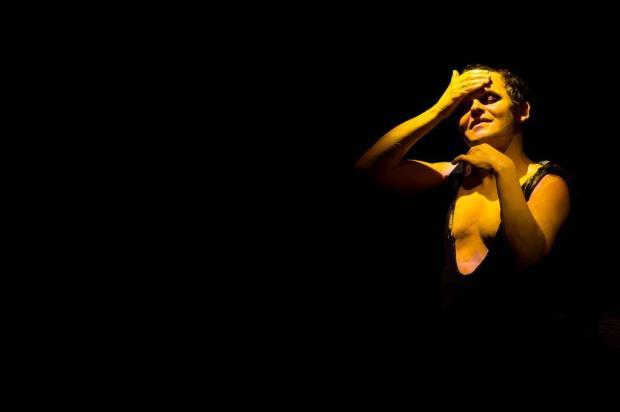 Matheus Nachtergaele ritualiza o suicídio da mãe em espetáculo Marcos Hermes/Divulgação