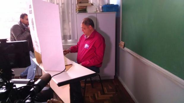 Assis Melo é o segundo candidato a votar em Caxias do Sul Cristiano Daros / Agência RBS/Agência RBS