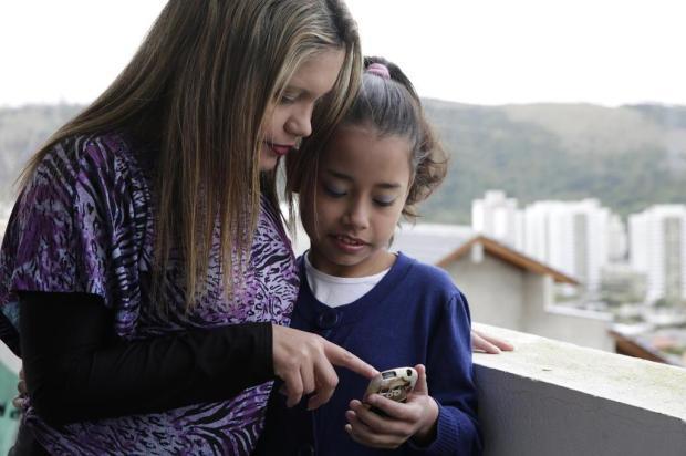Como funciona o papel dos pais na hora de negociar o uso do celular com seus filhos Camila Domingues/Especial/Agência RBS