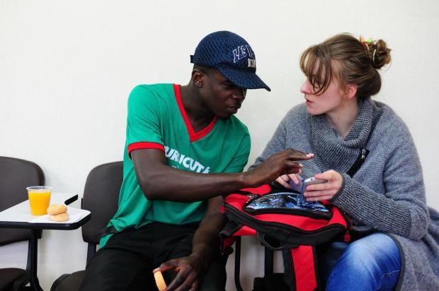 Haitiano morador de Caxias pede ajuda para família que teve casa atingida pelo furacão Matthew Jonas Ramos/Agencia RBS