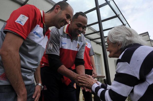 Grupo do Caxias do Sul Basquete visita o Lar da Velhice São Francisco de Assis Felipe Nyland/Agencia RBS