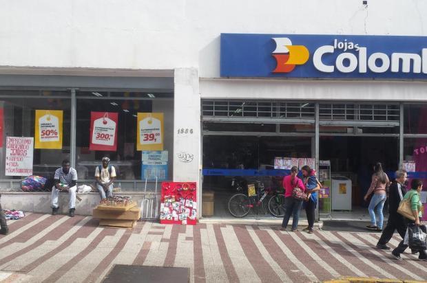 Colombo imita ambulantes e expõe itens na calçada em filial caxiense Fabiano Dadalt/divulgação