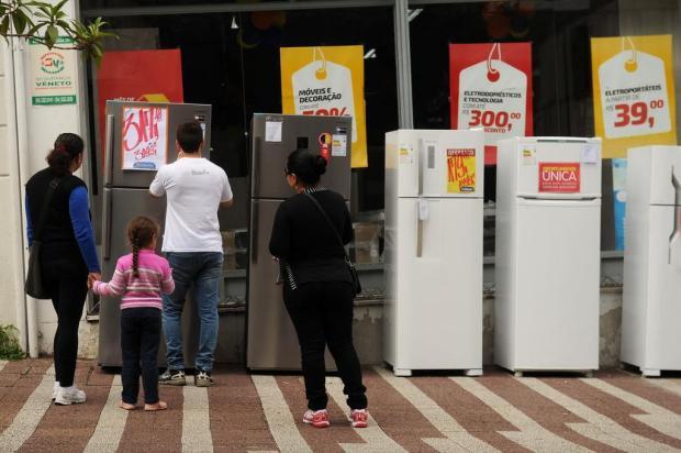 Colombo prometeu e cumpriu. Expõe produtos na calçada no centro de Caxias Diogo Sallaberry/Agencia RBS