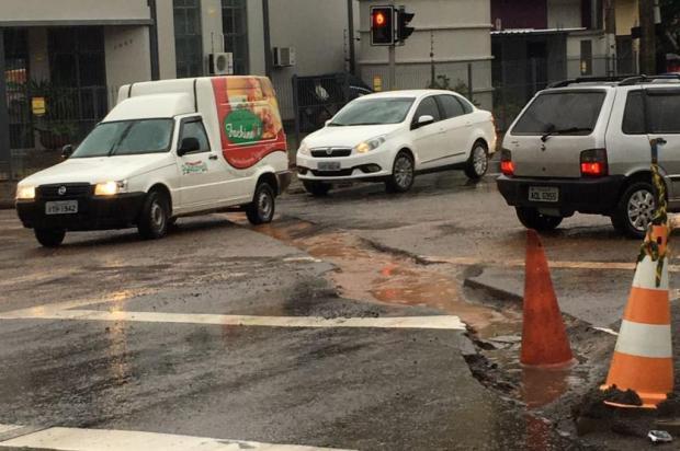 Cratera atrapalha trânsito no bairro Cruzeiro, em Caxias do Sul Lucas Giovan Vergani/Divulgação