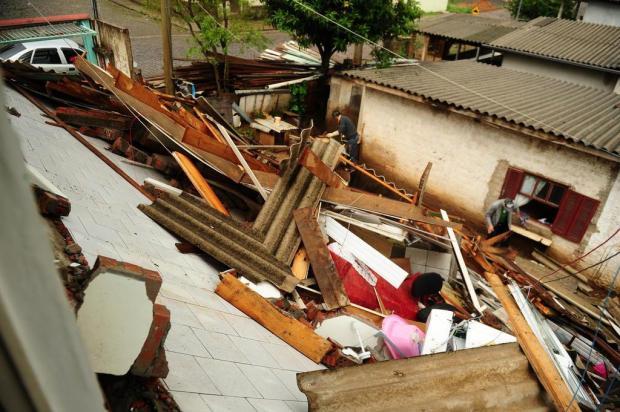 Parte de residência desaba na Avenida Pinheiros, em Caxias do Sul Diogo Sallaberry/Agencia RBS