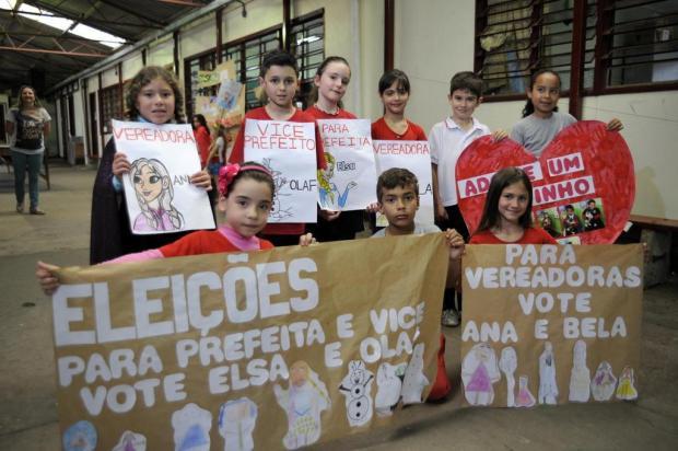 """Em eleição simulada, personagem Elsa, do filme Frozen, é eleita """"prefeita"""" de escola de Caxias do Sul Marcelo Casagrande/Agencia RBS"""