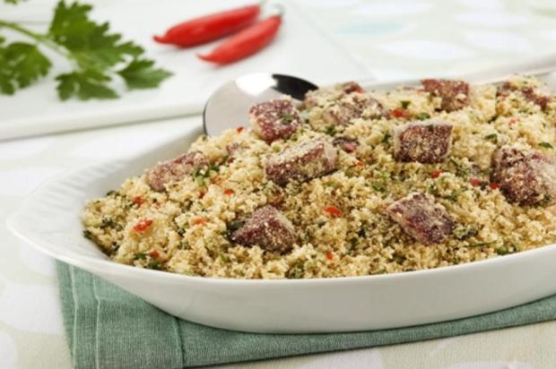 Prepare farofa de carne seca Qualy/Divulgação