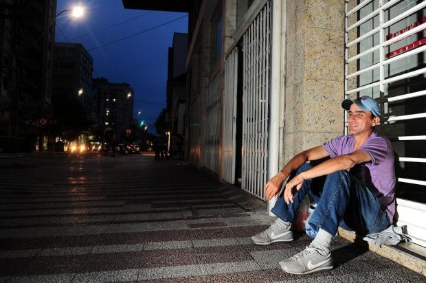 Candidato nº 1 dorme em frente ao Sine de Caxias à espera do feirão do emprego Porthus Junior/Agencia RBS