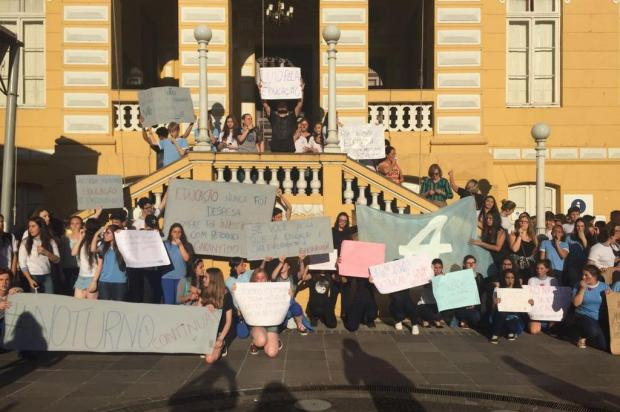 Estudantes e professores protestam contra fechamento de turmas em escola de Bento Gonçalves divulgação/Divulgação
