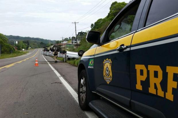 Caminhonete roubada tomba na BR-116, em Caxias Polícia Rodoviária Federal/Divulgação