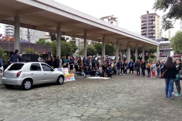 Manifestantes protestam em frente à prefeitura de Caxias do Sul Sandra Costa/Divulgação