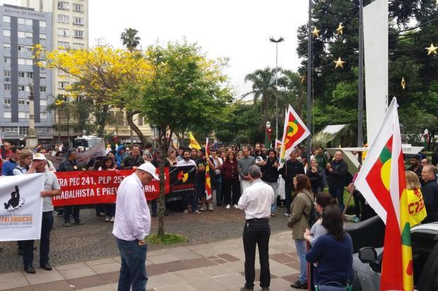 Protesto reúne 250 pessoas contra a PEC do Teto no Centro de Caxias Leonardo Lopes/Agência RBS