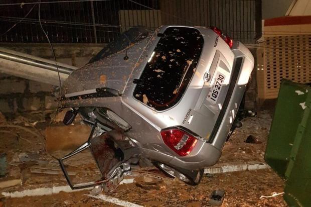 Colisão entre caminhonete e poste deixa jovem em estado grave em Flores da Cunha Maicom Cesar Bandiera/divulgação