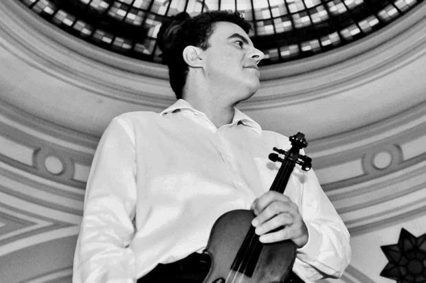Violinista italiano Emmanuele Baldini participa do concerto comemorativo aos 15 anos da Orquestra da UCS, domingo, em Caxias do Sul Queila Susã/divulgação