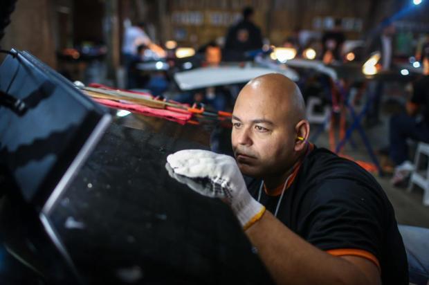 Martelinho de ouro, uma das atividades mais bem pagas do país no setor automotivo Jefferson Bernardes/divulgação